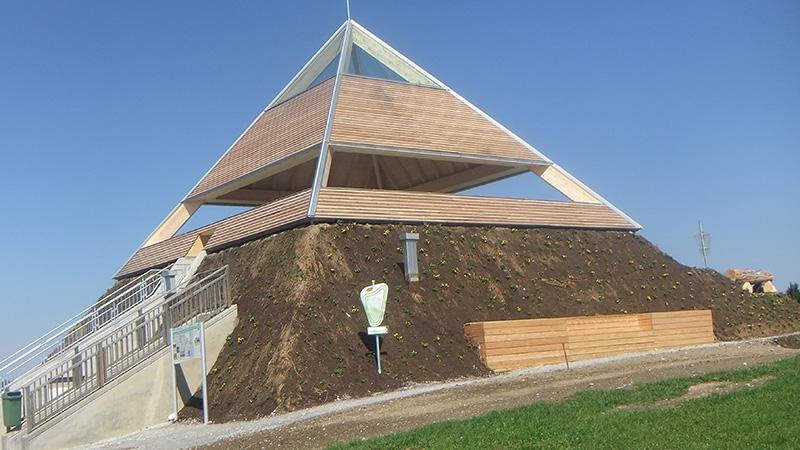 Pyramide am Etzinger Hügel fertiggestellt